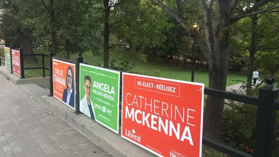 Des pancartes électorales jalonnent une rampe le long de la rue Bank dans la circonscription d'Ottawa-Centre.