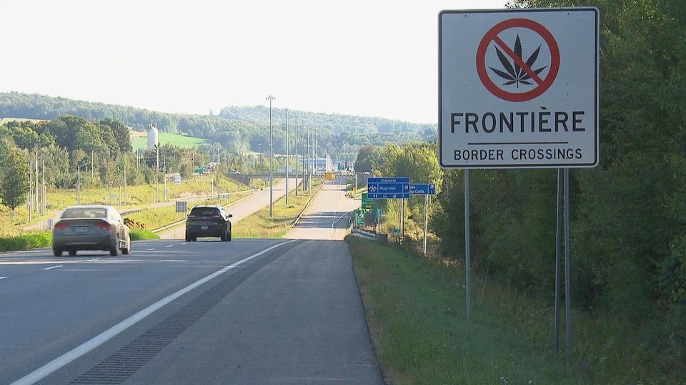 De nouveaux panneaux de signalisation installés à proximité des postes frontaliers entre le Canada et les États-Unis.