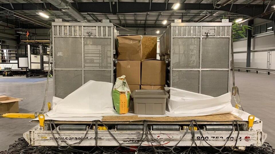 Deux caisses.