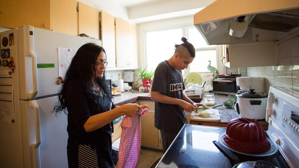 Lucila et son fils, Luka, préparent à dîner dans leur appartement de Montréal.
