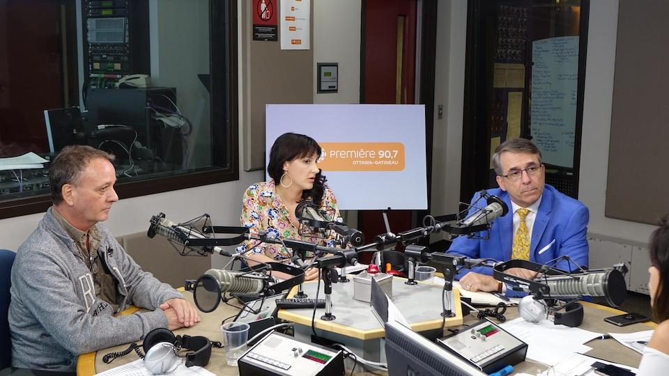 Deux hommes et une femme dans les studios de Radio-Canada.