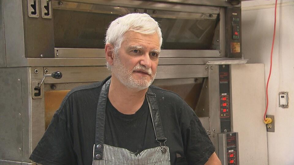 Éric Émond dans sa boulangerie.