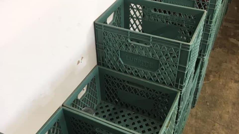Des paniers en plastique presque vides.