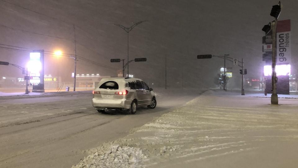Des feux de circulation sont en panne, sous la neige.