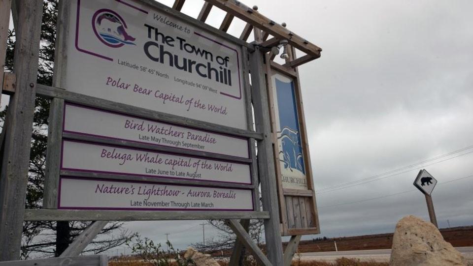 Un panneau situé à l'entrée de la ville de Churchill au Manitoba.