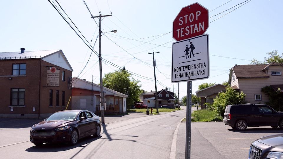 Des panneaux signalétiques en Kanien'kéha, la langue mohawk, ont été installés à plusieurs endroits à Kahnawake. Ils sont l'oeuvre de Callie Karihwiióstha Montour.