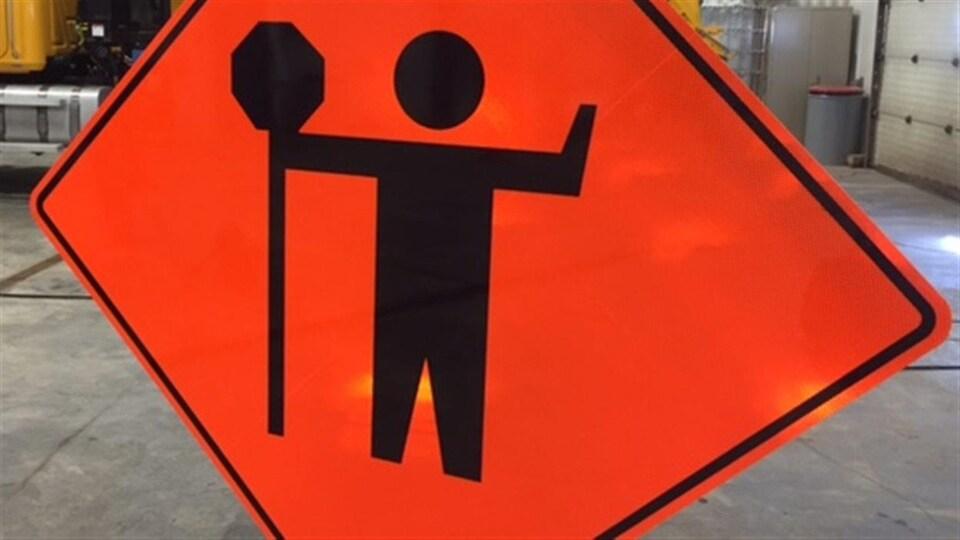 Un panneau indicateur de chantier routier.