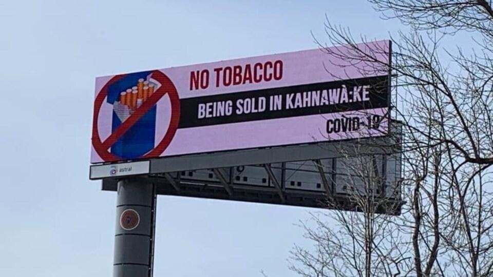 Un panneau sur le bord de la route indique « Pas de tabac vendu à Kahnawake ».
