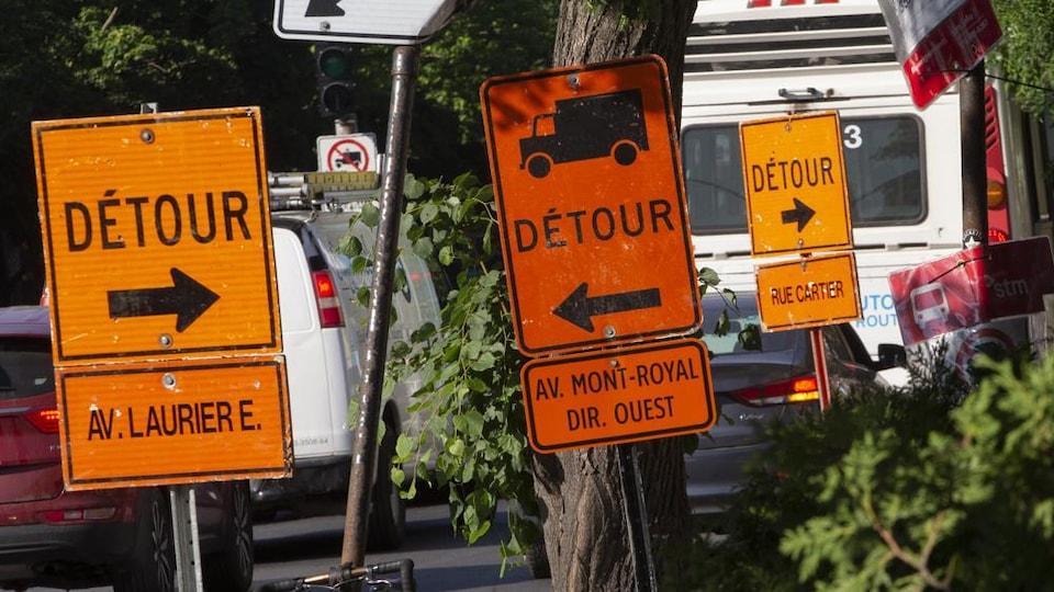 De nombreux panneaux de signalisation dans une rue de Montréal.