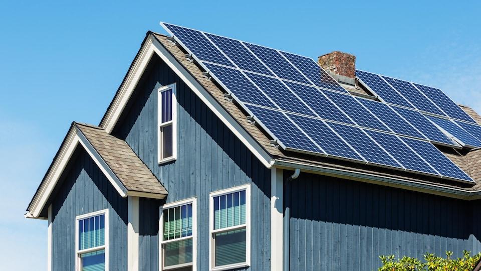 Des panneaux solaires sur une maison.