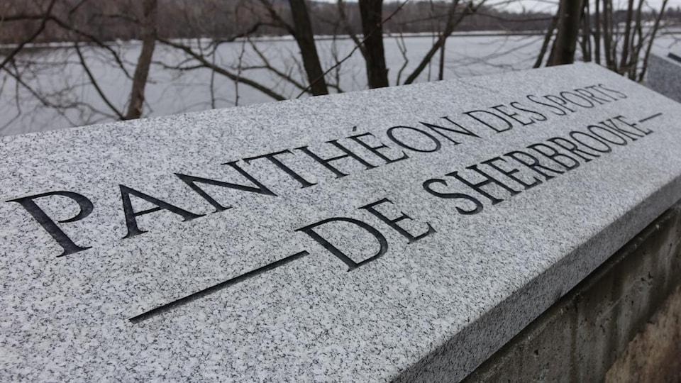 Une plaque du Panthéon des sports de Sherbrooke