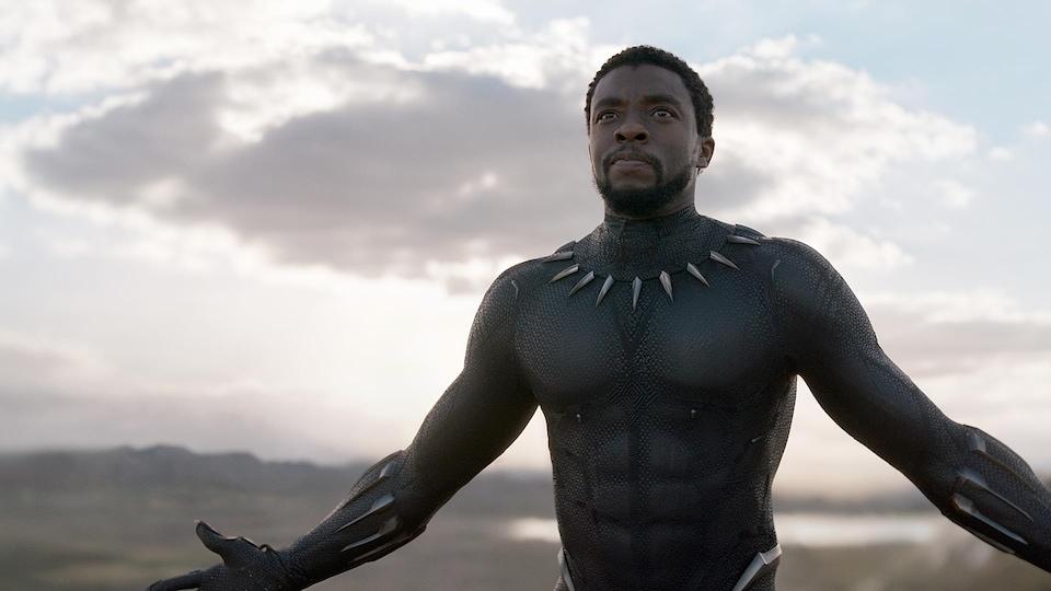 Le personnage de la Panthère noire tend les bras durant une scène du film du même nom.