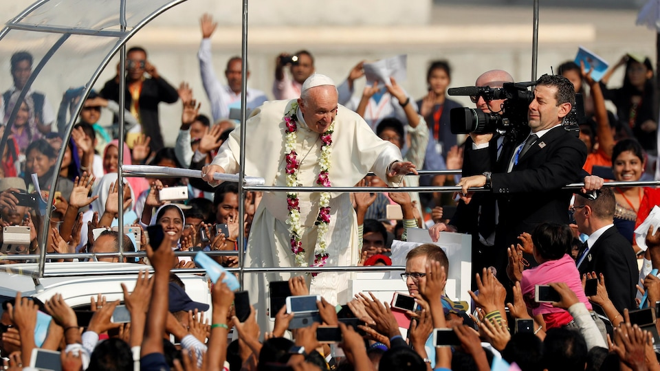 Le pape salue la foule.