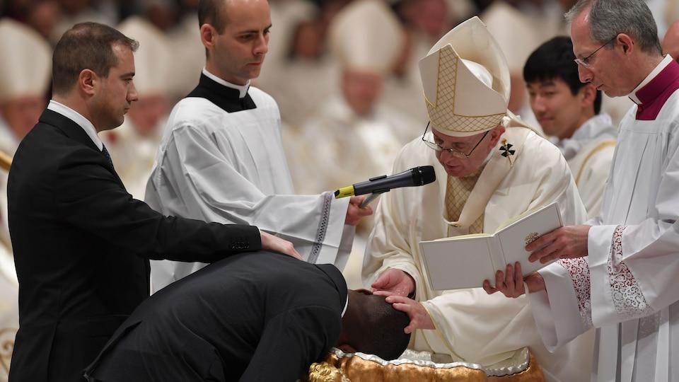 Le pape François baptise le Nigérian John Ogah.