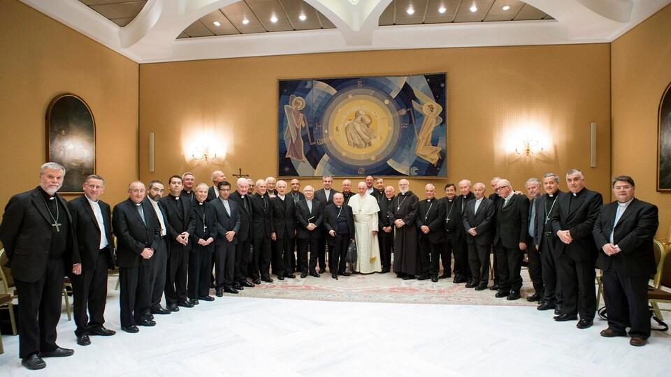 Le pape pose avec les évêques.