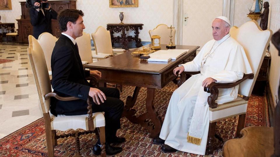 Le premier ministre Justin Trudeau et le pape François sont assis face à face dans le bureau du pape au Vatican.