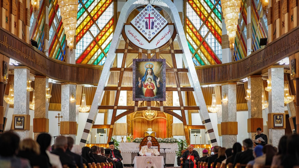 Le pape parle devant les fidèles assis dans la cathédrale.