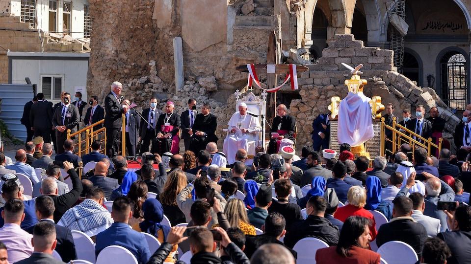 Le pape François dans la vieille ville de Mossoul, dans le nord de l'Irak.
