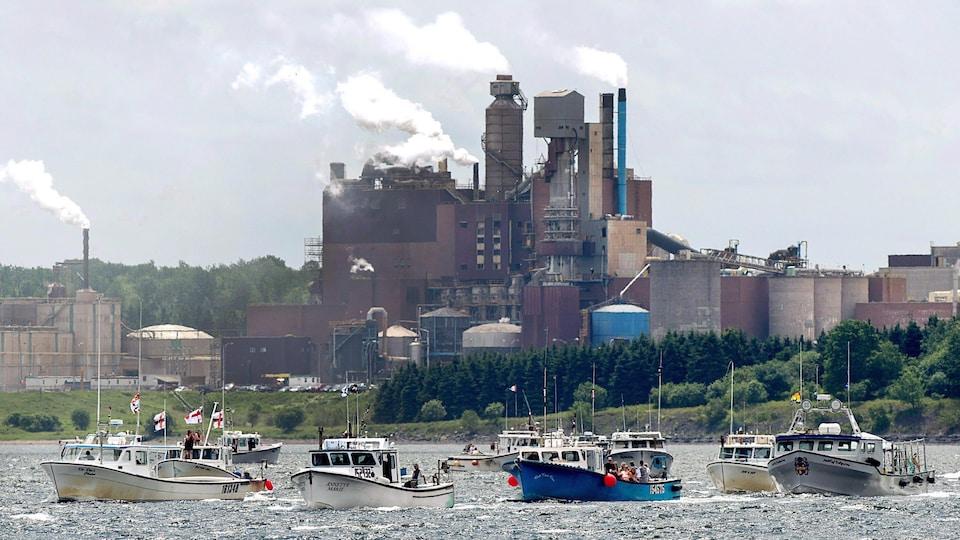 Des manifestants en bateau devant la papetière Northern Pulp, le 6 juillet 2018.