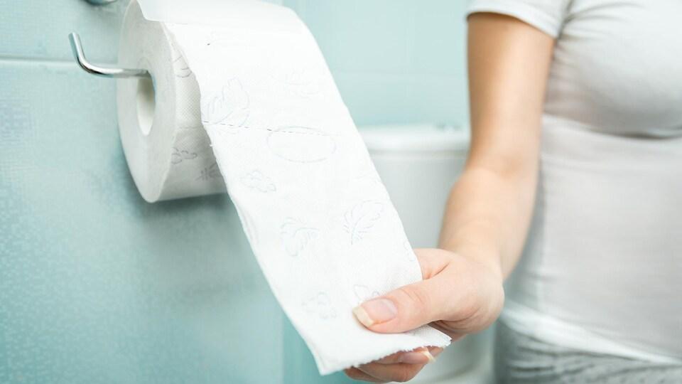 Une femme aux toilettes