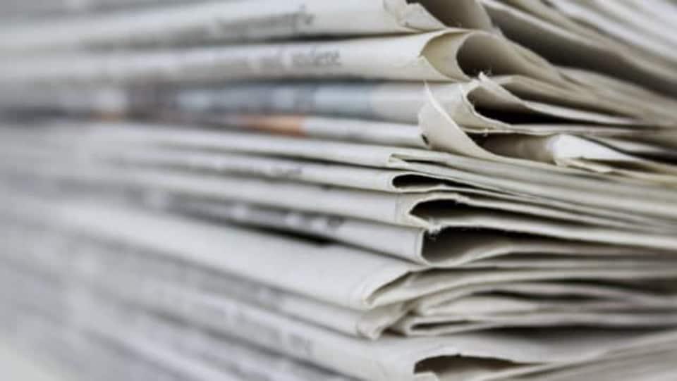 Une pile de journaux