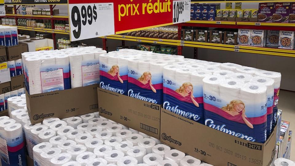 Des étalages de papier hygiénique dans un magasin à grande surface.
