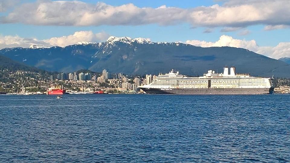 Les montagnes de la rive nord sont visibles depuis le centre-ville de Vancouver.