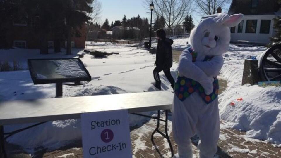 Une personne déguisée en lapin attend les enfants pour les inscriptions.