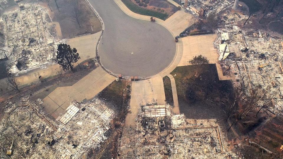Une vue aérienne d'une rue de Paradise, en Californie. Des dizaines de bâtiments ont été détruits par les flammes.