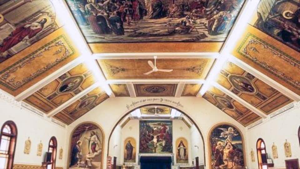 Des peintures religieuses du comte Berthold von Imhoff décorent le plafond et les murs de la petite église de Paradise Hill.