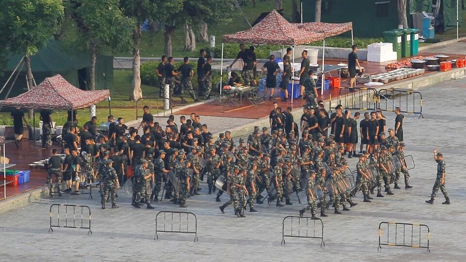 Des forces  de sécurité chinoises en formation à Shenzhen près de Hong Kong le 15 août 2019.