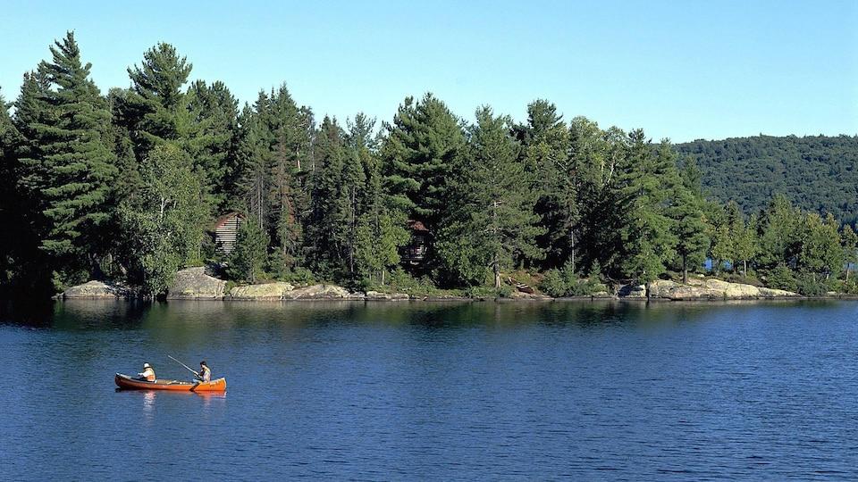 Des visiteurs se déplacent en canot sur un lac au parc Algonquin.