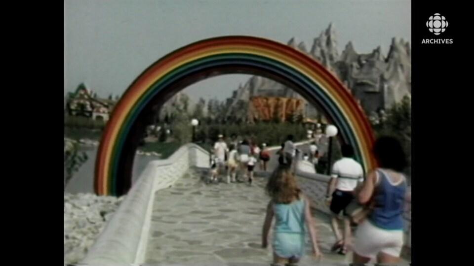 Arche en forme d'arc-en-ciel sous laquelle des visiteurs passent sur le site du parc Canada's Wonderland.