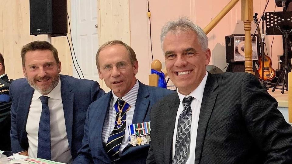 La photo a été prise lors du repas qui a suivi la cérémonie en compagnie notamment du préfet de la MRC de la Haute-Gaspésie, Allen Cormier, à droite.