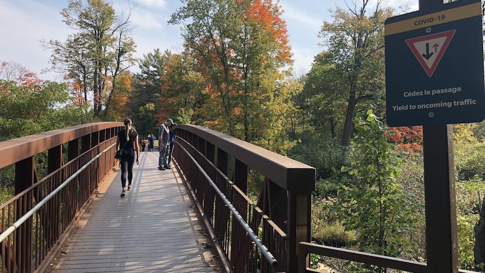 Un pont avec des visiteurs.