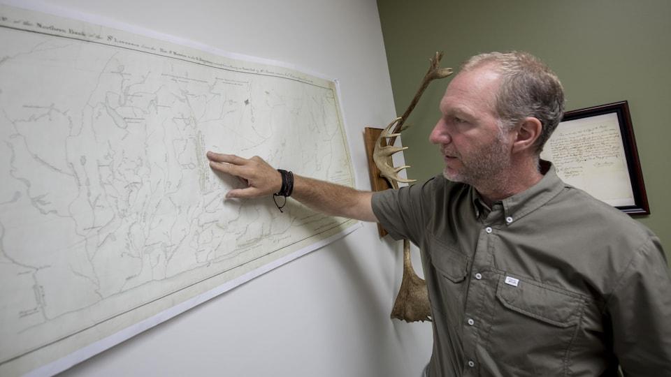 Louis Lesage montre des toponymes hurons-wendat sur une carte dessinée il y a près de 200 ans.