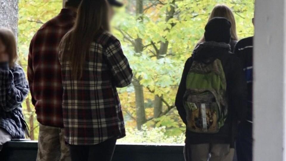 Des adolescents rassemblés au parc Lepage.