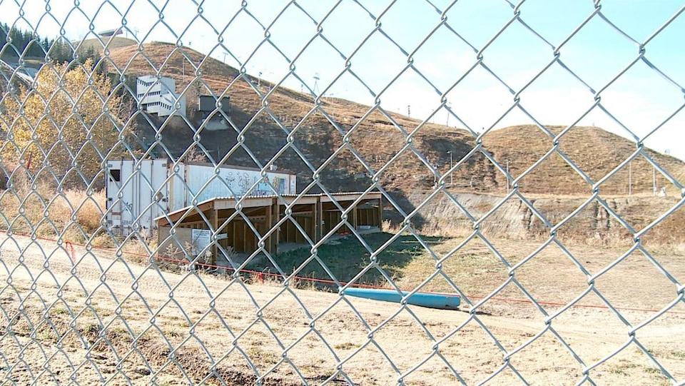Des cabanes pour athlètes abandonnées et couvertes de graffitis.
