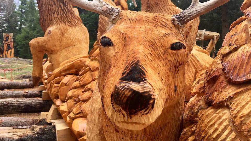 Un cerf taillé dans un billot de bois