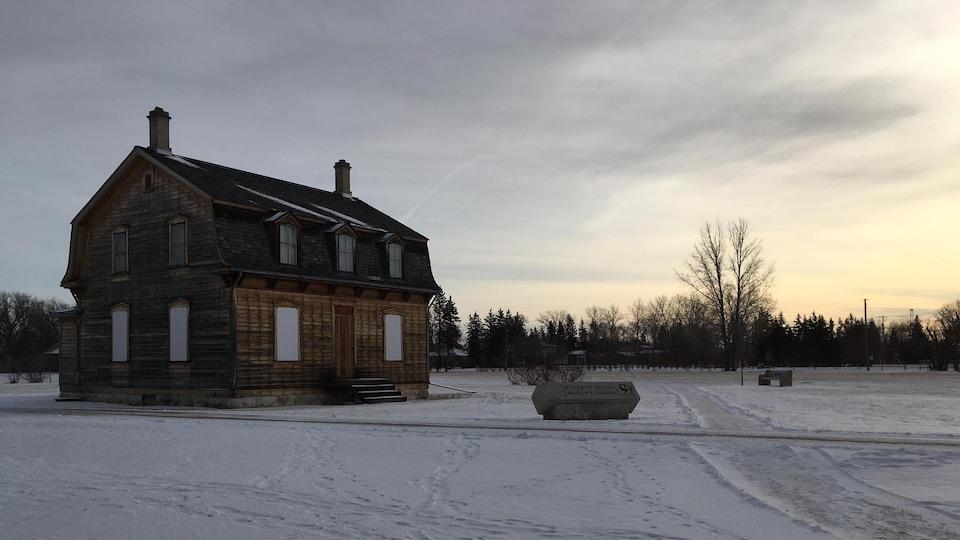 Une maison historique vue de l'extérieur, en hiver.