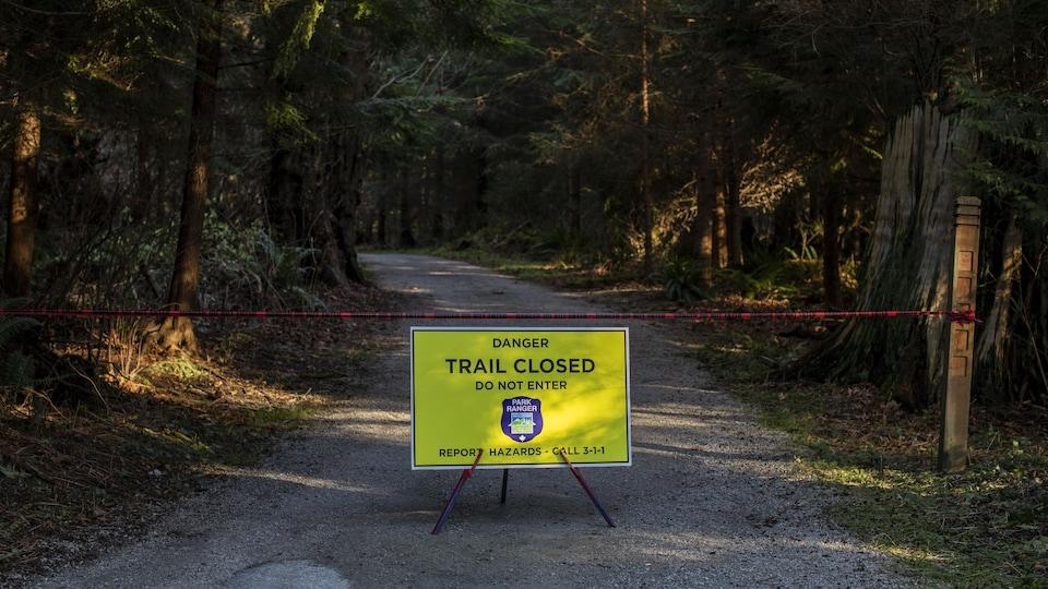Un sentier du parc Stanley fermé.