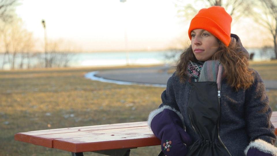 Marie-Josée Parent assise à une table dans un parc.