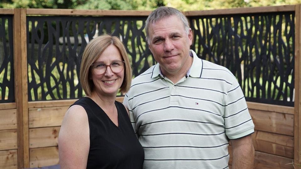 Les parents prennent la pose pour la photo.