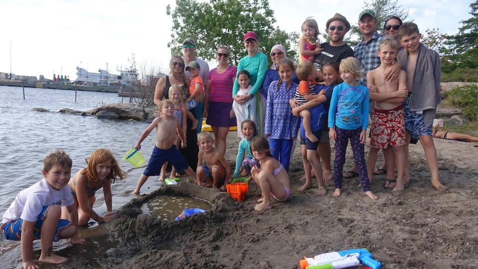 Des parents et des enfants sur la plage.