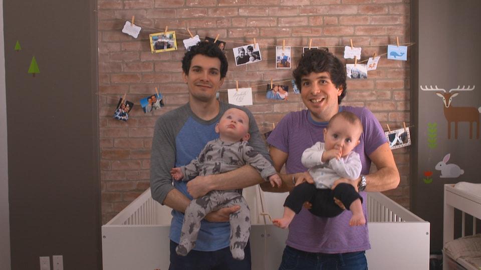 Portrait des deux papas et de leurs jumelles