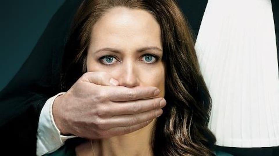 Un homme vêtu d'une toge met sa main sur la bouche d'une femme comme pour l'empêcher de parler.