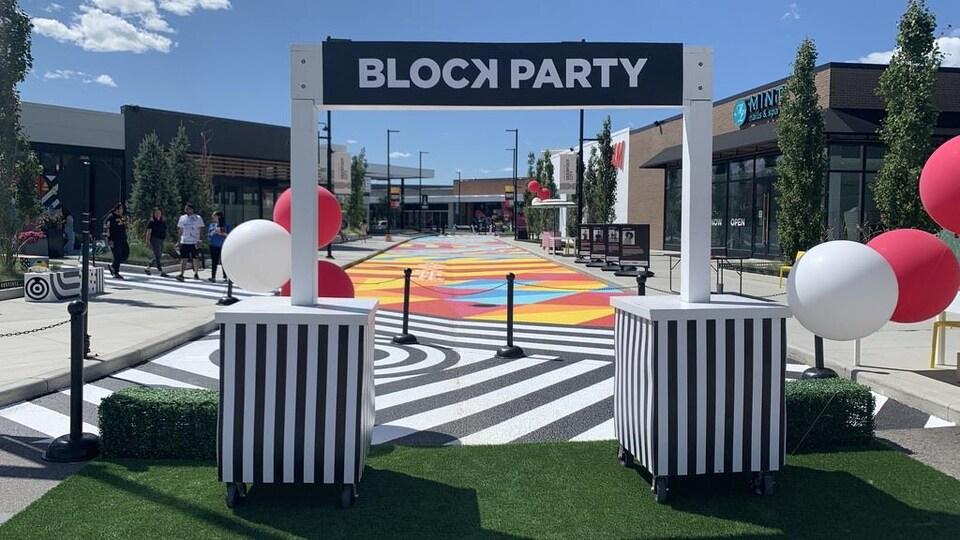 Une rue colorée est fermée pour accueillir un événement.