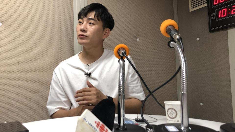 Park Yoo-sung répond aux questions de la correspondante Anyck Béraud.