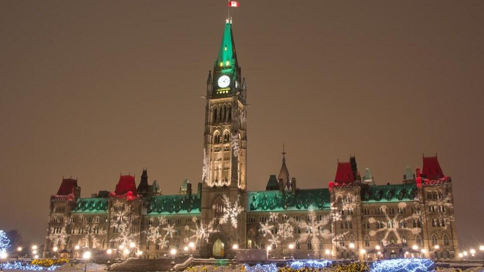 Le Parlement d'Ottawa se pare de vert et de rouge pour le temps des Fêtes.