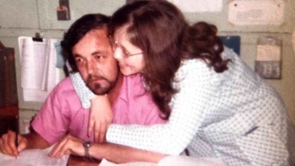 La mère de Karine Veilleux enlace son mari.